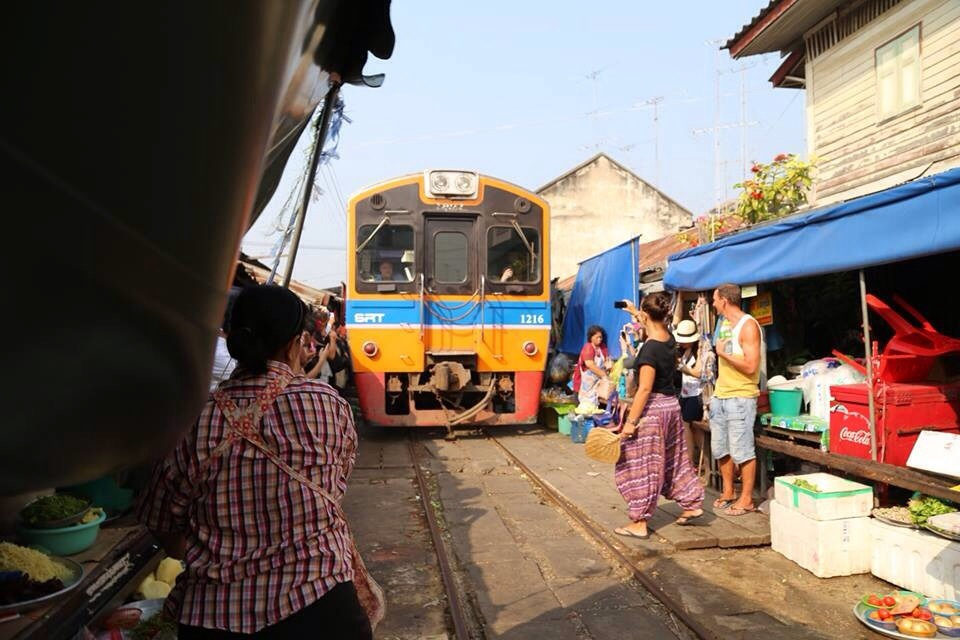 Piata de pe calea ferata