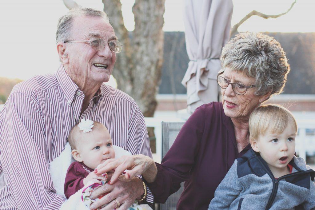 De ce sunt importanți bunicii în viața copiilor
