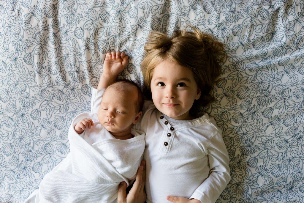 Prima întâlnire a fratelui mai mare cu frățiorul nou născut